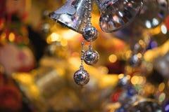 Nahaufnahme von Weihnachtsfeiertags-Baumdekorationen mit bokeh auf Hintergrund Lizenzfreies Stockfoto