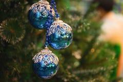 Nahaufnahme von Weihnachtsfeiertags-Baumdekorationen mit bokeh auf Hintergrund Lizenzfreie Stockfotografie