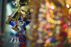 Nahaufnahme von Weihnachtsfeiertags-Baumdekorationen mit bokeh auf Hintergrund Lizenzfreie Stockfotos