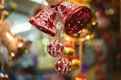 Nahaufnahme von Weihnachtsfeiertags-Baumdekorationen mit bokeh auf Hintergrund Stockbild