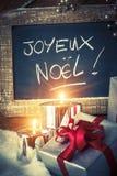 Nahaufnahme von Weihnachtsgeschenken mit Kerzen Lizenzfreies Stockbild