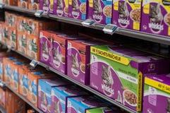 Nahaufnahme von Whiskas-Paketen die französische Marke des Katzenfutters in Cora-Supermarkt Stockbilder