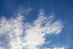 Nahaufnahme von Wolken in Form eines Hundeprofils im blauen Himmel lizenzfreie stockfotos