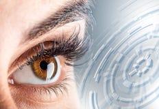 Nahaufnahme von woman& x27; s-Auge Makro schönes weibliches Auge Neues futuristisches und Technologiekonzept Stockfotos