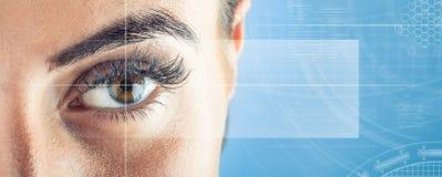 Nahaufnahme von woman& x27; s-Auge Makro schönes weibliches Auge Neues futuristisches und Technologiekonzept Lizenzfreie Stockfotos