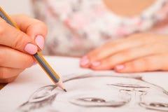Nahaufnahme von Zeichnungsmann ` s Porträt am Schreibtisch Lizenzfreies Stockbild