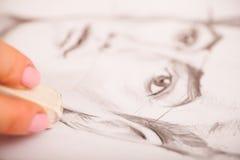 Nahaufnahme von Zeichnungsmann ` s Porträt am Schreibtisch Lizenzfreie Stockfotografie