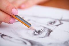 Nahaufnahme von Zeichnungsmann ` s Porträt am Schreibtisch Stockbild