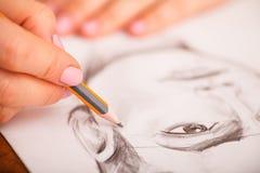 Nahaufnahme von Zeichnungsmann ` s Porträt am Schreibtisch Lizenzfreie Stockbilder
