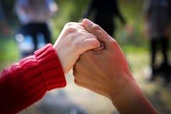 Nahaufnahme von zwei Frauenhändchenhalten Lizenzfreies Stockfoto