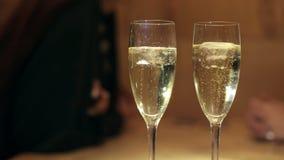 Nahaufnahme von zwei Gläsern Champagner mit Eis stock video