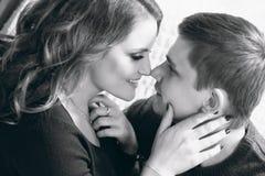 Nahaufnahme von zwei junge Leute ` s stellt das Betrachten einander gegenüber Blac stockfotos