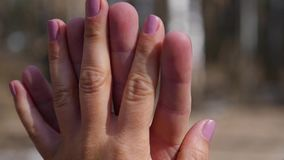 Nahaufnahme von zwei Liebhabern, die Händen sich anschließen Detail-Schattenbild der Mann- und Frauenholding überreicht Liebes- u stock video