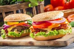 Nahaufnahme von zwei selbst gemachten Burgern machte ââfrom Frischgemüse Stockfotos