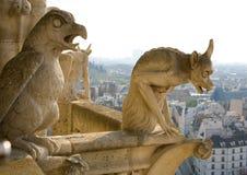 Nahaufnahme von zwei Wasserspeiern auf Notre-Dame de Paris Lizenzfreie Stockbilder