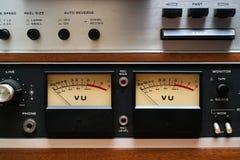 Nahaufnahme VU-Messinstrumente auf analogem Kasettenrekorder Stockbild