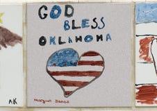 Nahaufnahme-Wand von den Fliesen hergestellt durch Kinder, Front des nationalen Denkmals Oklahoma City u. Museum stockfotografie