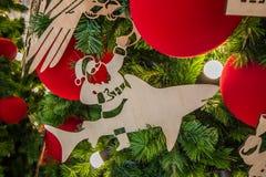 Nahaufnahme-Weihnachtsverzierungen auf Weihnachtsbaum während des Weihnachten und des neues Jahr-Festivals stockfotografie