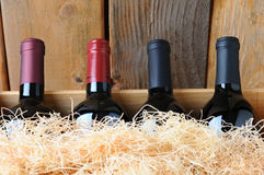Nahaufnahme-Wein-Flaschen im Rahmen Stockbilder