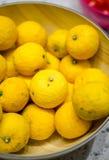 Nahaufnahme Yuzu-Zitronen in einer Schüssel Lizenzfreies Stockfoto