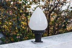 Nahaufnahme zu Bud Lotus Shaped Outdoor Lamp im Garten Lizenzfreies Stockfoto