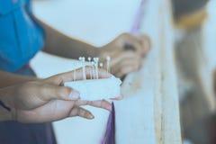 Nahaufnahme zu den Studentenhänden verzieren die Vorhänge decorate stockbilder