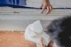 Nahaufnahme zu den Studentenhänden verzieren die Vorhänge decorate lizenzfreies stockfoto