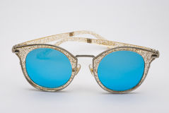 Nahaufnahme, zu funkeln Rahmen mit der blauen Linsen-Sonnenbrille, lokalisiert Lizenzfreies Stockfoto