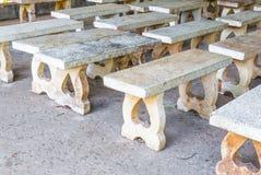 Nahaufnahme zu vielen schmutzigen Zement-Bänke im ruhigen Platz Stockbilder