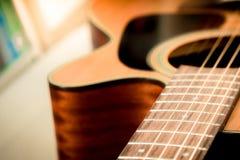 Nahaufnahme zum Körper, zum pickguard und zum soundhole des Akustikgitarreesprits Stockfotografie
