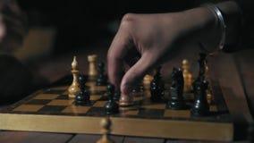 Nahaufnahme, zwei Spieler spielen nervös das Schach und auf dem Tisch stellen Freund Freund Pritences-Schlag-Fäusten und Rushat d stock video footage