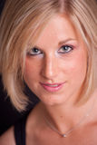 Nahaufnahmeabbildung der jungen blonden Frau Lizenzfreies Stockfoto