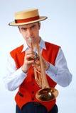 Nahaufnahmeabbildung eines Mannes, der auf Trompete spielt Stockfoto
