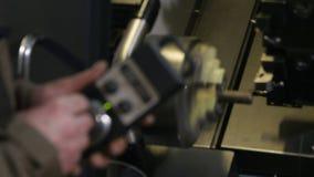 Nahaufnahmeangestellter betreibt Ausrüstung mit Fernbedienung stock video footage