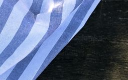 Nahaufnahmeansicht über ein Geschirrtuch auf hölzernem Hintergrund in der Natur Unscharfer Hintergrund Stockfoto