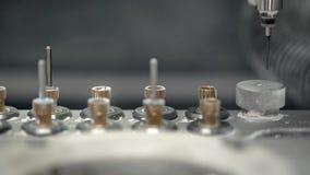 Nahaufnahmeansicht an bewegender Hallogeschwindigkeitsspindel der zahnmedizinischen Fräsmaschine stock video footage