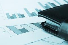 Nahaufnahmeansicht der Geschäftsdiagramme und des Notizbuches Stockbild