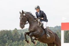 Nahaufnahmeansicht der Reiterin springen Stockfoto