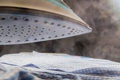 Nahaufnahmeansicht des Eisens mit Dampf stockfotos