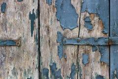 Nahaufnahmeansicht des Holzes mit blauer Schalenfarbe Stockbild