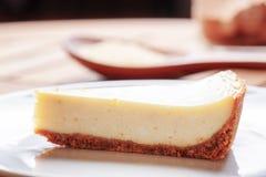 Nahaufnahmeansicht des Stückes köstlichen frisch gebackenen Käsekuchens Lizenzfreies Stockbild