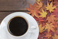 Nahaufnahmeansicht des Tasse Kaffees und der Ahornblätter Stockfoto