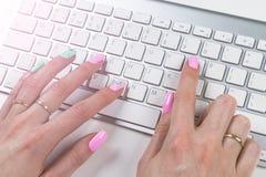 Nahaufnahmeansicht einer Geschäftsfrau übergibt das Schreiben auf drahtloser Computertastatur auf Bürotisch Weicher Blitz Stockbild