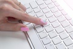 Nahaufnahmeansicht einer Geschäftsfrauhand, die auf drahtloser Computertastatur auf Bürotisch schreibt Weicher Blitz Stockbild