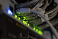 Nahaufnahmeansicht einer Schalterplatte mit Ethernet-Kabeln Stockfotografie