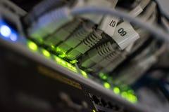 Nahaufnahmeansicht einer Schalterplatte mit Ethernet-Kabeln Stockfotos