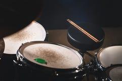 Nahaufnahmeansicht eines der Trommel Satzes und Trommelstöcke in einem dunklen Studio Schwarze Trommelkörper mit Chromordnung Das lizenzfreies stockfoto