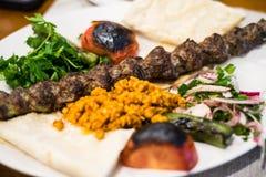 Nahaufnahmeansicht eines köstlichen Adana-Kebabs Stockfoto