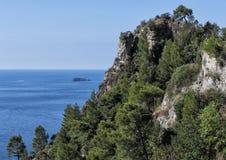 Nahaufnahmeansicht eines Teils der schroffen bloßen Küstenlinie von der Amalfi-Küste Lizenzfreies Stockbild