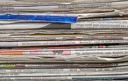 Nahaufnahmeansicht eines Zeitungsstapels Stockfotos